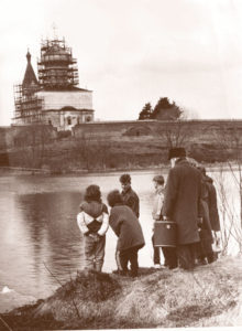 Прот. Николай Васечко перед первой переправой на Оршу. 1992 г.